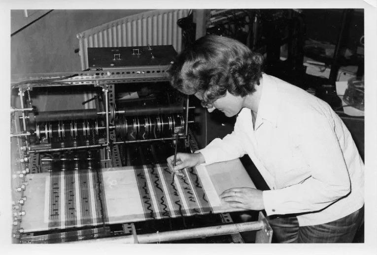 Daphne Oram trabajando con Oramics